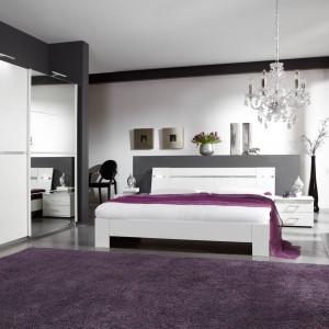 Sypialnia Heaven w kolorze bieli alpejskiej ukoi zmęczone zmysły i wprawi w błogi nastrój. Ledowe oświetlenie w łóżku oraz lekko błyszczące kryształki na szafie i oparciu łóżka sprawiają, że wnętrze zyskuje glamourowy szyk. Fot. Abra Meble.