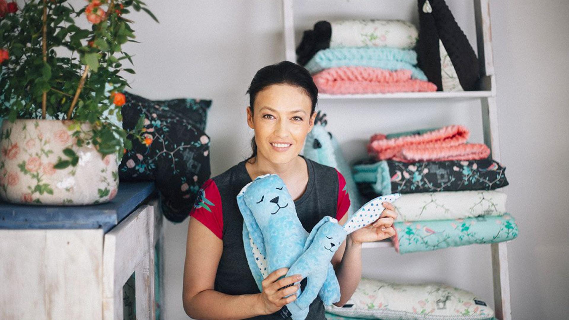 Kolekcje sygnowane nazwiskiem Magdaleny Różczki powstały we współpracy z projektantami marki La Millou. Znajdziemy w niej koce, pościel czy oryginalne poduszki. Fot. Westwing.