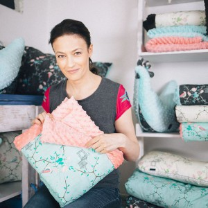 Kocyk, rożek czy oryginalna poduszka mogą być praktycznym prezentem na dzień dziecka, urodziny czy inną okazję. Fot. Westwing.