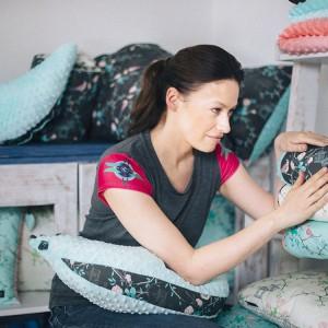 Część dochodu ze sprzedaży teksyliów zaprojektowanych przez Magdalenę Różczkę wesprze Interwencyjny Ośrodek Preadopcyjny w Otwocku. Fot. Westwing.