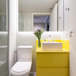 ...drugą wykończono w żywych żółtym kolorze. Mieszkańcy tego apartamentu mogą w każdym pomieszczeniu czuć się jak na słonecznej plaży! Projekt: Semerene Arquitetura Interior. Fot. Joana França.