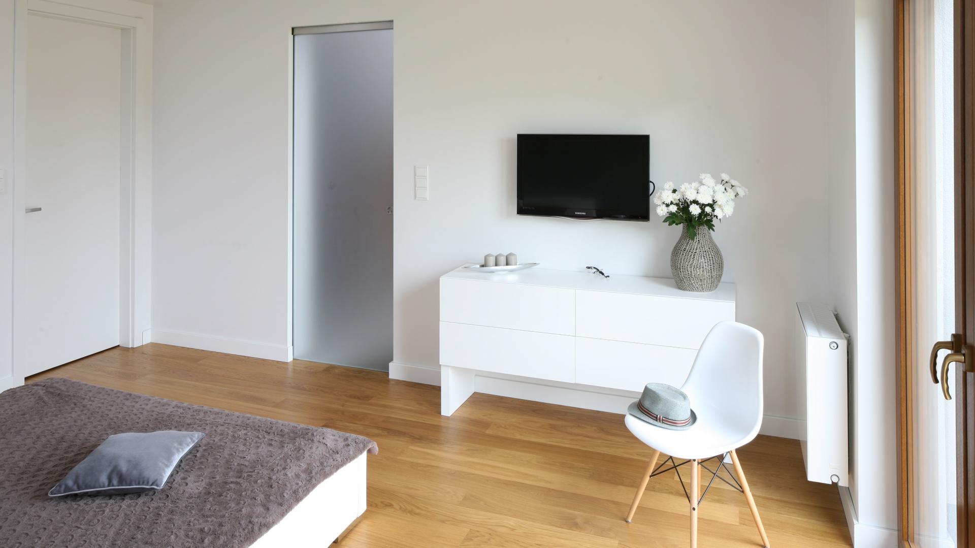 Białe, nowoczesne meble...  Szary w sypialni. Najciekawsze pomysły na aranżację  Strona: 8