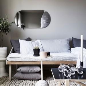 Przestrzeń pod łóżkiem można wykorzystać na przechowywanie nadprogramowych poduszek i innych akcesoriów bądź sprzętów domowych. Fot. Stadshem.