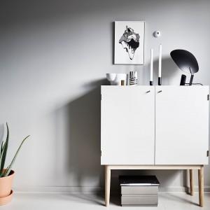 Komoda w salonie to nie tylko mebel, ale i element dekoracyjny wnętrza. Połączona ją z czarno-białą grafiką z geometrycznym motywem i dekoracyjnymi przedmiotami w monochromatycznej palecie. Fot. Stadshem.