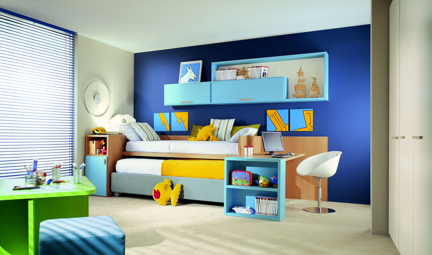 Urządzając pokój dziecka często wykorzystujemy barwy o podobnej tonacji. Po kontrasty sięgamy znacznie rzadziej, a jeśli już - zazwyczaj w formie dodatków. Fot. Dearkids.
