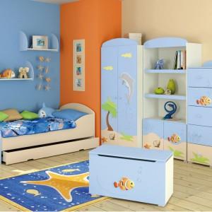 Błękit to odcień chłodny, dlatego używając go w pokoju dziecka dobrze jest - dla równowagi -  wprowadzić nieco cieplejszej barwy, np. pomarańczowej. Fot. Baggi Design.