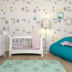 Jasne, pastelowe odcienie są najbezpieczniejsze w aranżacji. Warto wykorzystać je w pokoju niemowlaka, u którego nadmiar bodźców może wywołać rozdrażnienie. Fot. Le Pukka.