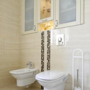 W klasycznie urządzonej łazience zdecydowano się na wstawienie szafek z mlecznego szkła. Projekt: Magdalena Mirek-Roszkowska. Fot. Bartosz Jarosz.