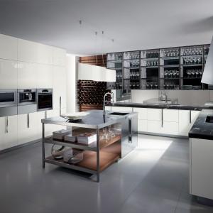 Zaprojektowana przez Rodolfo Dordoni, niezwykle elegancka włoska kuchnia Barrique, którą wyróżniają przeszklone witryny zamiast tradycyjnych wiszących szafek. Nadają przestrzeni kuchni nowoczesny i bardzo lekki charakter. Mniej estetyczne sprzęty można schować w wysokiej zabudowie. Fot. Ernestomeda/Kari Mobili.