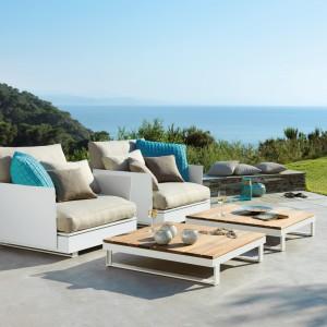Meble dostępne w ofercie marki Viteo. Wygodne fotele to świetna alternatywa dla dużej sofy. Do tego dwa niskie stoliki i można wygodnie spędzać wolny czas na zewnątrz. Fot. Viteo.