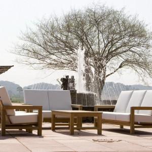 Zestaw mebli modułowych z kolekcji Frankfurt marki Deesawat. Drewniane ramy doskonale pasują do białych, wygodnych siedzisk. Fot. Deesawat.