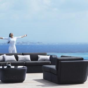 Meble wypoczynkowe dostępne w ofercie duńskiej marki Cane-Line. Zapewnią komfortowy wypoczynek i będę  pięknie prezentowały się zarówno na tarasie jak i w ogrodzie. Na zdjęciu: sofa z kolekcji Savannah. Fot. Cane-Line.