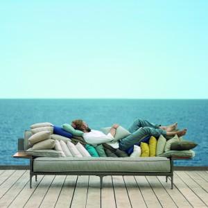 Meble z kolekcji Rayn dostępne w ofercie marki Dedon. W tej kolekcji znajdziemy nie tylko wygodną sofę, ale również pufy, krzesła czy komfortowe leżaki. Fot. Dedon.