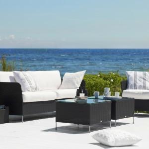 Meble z oferty marki Sika Design. Wykonane z rattanu. Ich czarną kolorystykę doskonale ożywią kolorowe lub białe poduszki. Fot. Sika Design.
