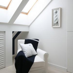 Okna dachowe pięknie otwierają przestrzeń sypialni na poddaszu. Są zarazem znakomitym tunelem dla naturalnego światła słonecznego. Projekt: Katarzyna Mikulska-Sękalska. Fot. Bartosz Jarosz.
