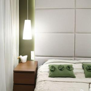 W małych pomieszczeniach najlepiej sprawdzą się niewielkie meble o prostej formie. Nie zajmują one dużo miejsca, dzięki czemu przestrzeń będzie wydawała się większa. Projekt: Katarzyna i Michał Dudko. Fot. Bartosz Jarosz.