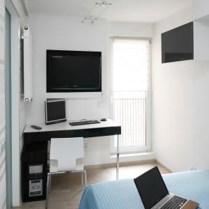 Mimo, że wnętrze jest niewielkie udało się w nim wygospodarować jeszcze przestrzeń do pracy. Sypialnię od salonu oddzielają przesuwne drzwi, co również jest świetnym rozwiązaniem, gdy mamy mało miejsca. Projekt: Marta Kilan. Fot. Bartosz Jarosz.