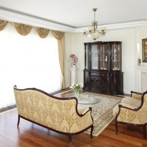 Przestronny salon urządzona w klasycznym, francuskim stylu. Podkreślają to lekkie formy stylizowanych mebli oraz ciepła kolorystyka. Projekt: Magdalena Mirek-Roszkowska. Fot. Bartosz Jarosz.