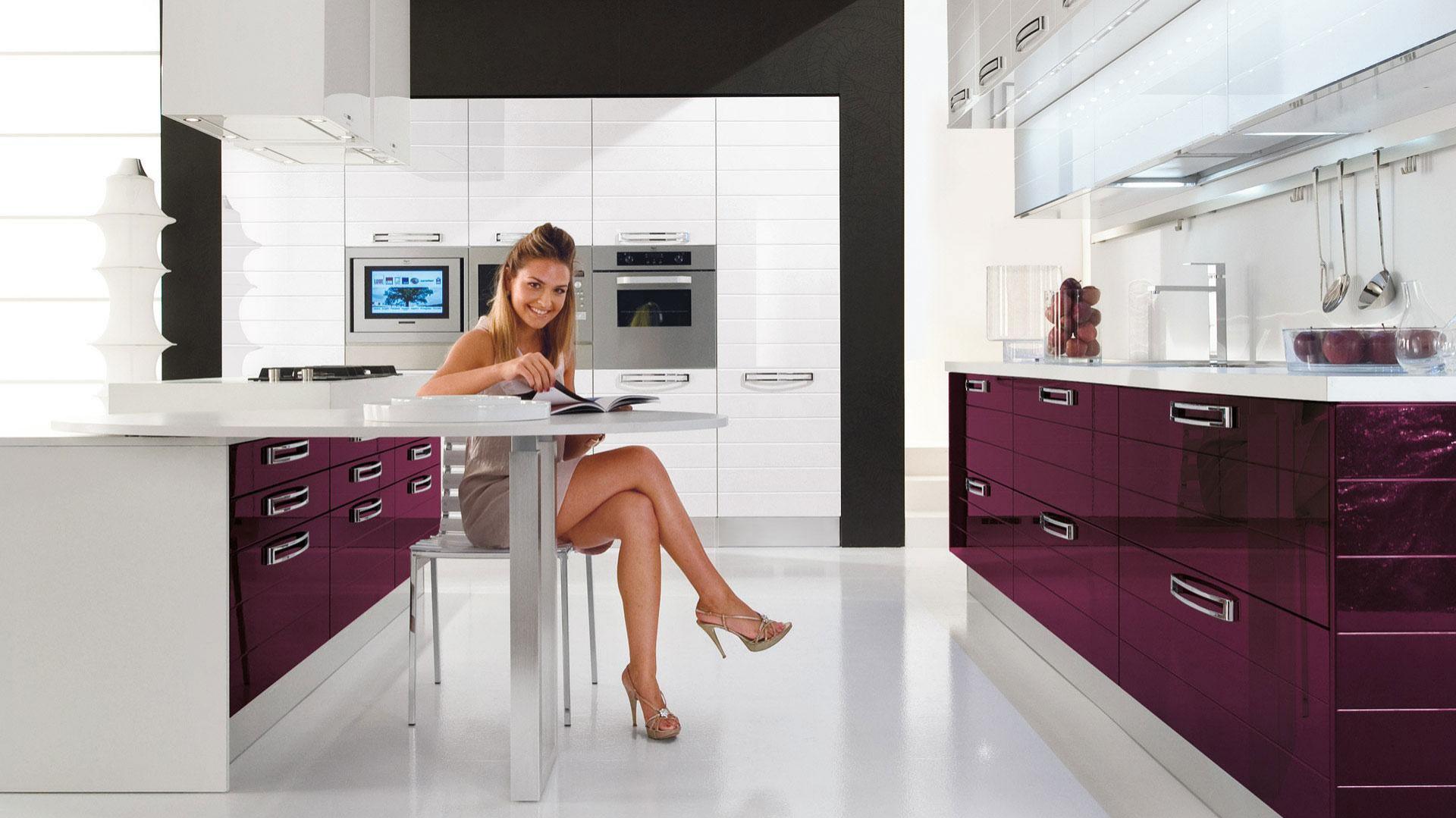 Na zdjęciu propozycja Fabiana. Kolorowa kuchnia, kształtem zbliżona do kwadratu, w wersji z ażurowym stolikiem. Fot. Lube Cuccine