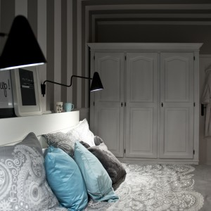 W sypialni pod ścianą ustawiono urokliwą, białą, skandynawską szafę, która wprowadza do wnętrza romantyczny charakter. Projekt: SHOKO.design. Fot. Małgorzata Opala.