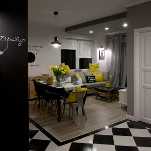 Podłogę w strefie wypoczynku, w obrębie której znalazły się salon i jadalnia, wyłożono posadzką w jasnym kolorze bielonego drewna. Projekt: SHOKO.design. Fot. Małgorzata Opala.