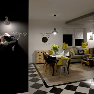 Domownicy mogą zostawiać sobie tutaj humorystyczne notatki lub spisywać listę zakupów. Napisy wyeksponuje lampa zamontowana w ścianie. Projekt: SHOKO.design. Fot. Małgorzata Opala.