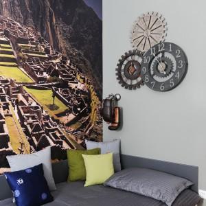 Fototapeta z malowniczym widokiem na zabytkowy krajobraz Macchu Piccu wprowadza do jednej z sypialni wrażenie nieograniczonej przestrzeni. Projekt: GAO Arhitekti. Fot. Mateja Jordovič Potočnik.