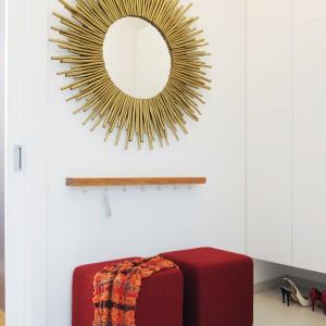 W przestrzeni, przeznaczonej na powieszenie okryć wierzchnich dekoruje lustro z piękną, złotą ramą. Projekt: GAO Arhitekti. Fot. Mateja Jordovič Potočnik.