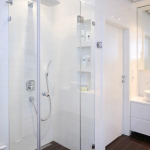 We wnęce pod prysznicem umieszczono praktyczne półki, na które można odstawić przybory kąpielowe i kosmetyki. Fot. Bartosz Jarosz.