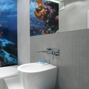 W lustrze umieszczonym nad umywalką odbija się kolorowa fototapeta. Projekt: Anna Maria Sokołowska. Fot. Bartosz Jarosz.
