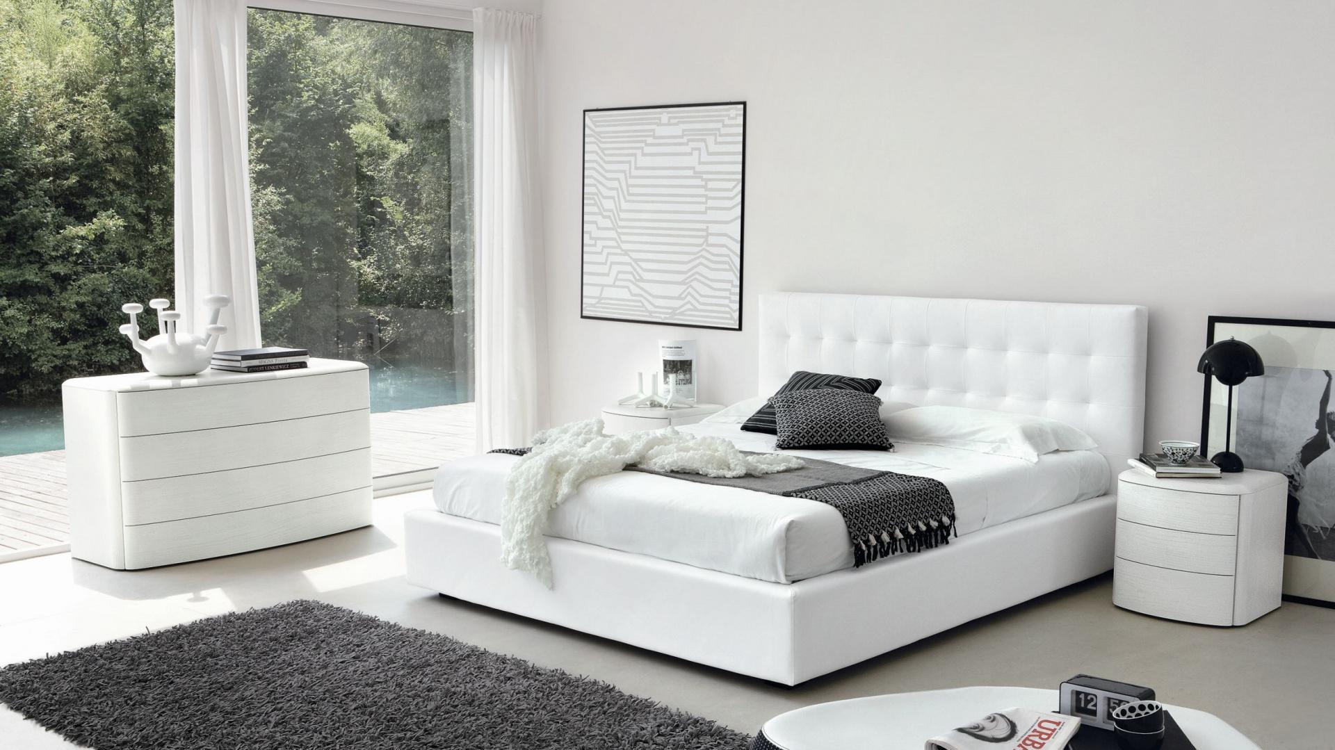 Pomysł na nowoczesną sypialnię w bieli, wzbogaconą o szare elementy. Modne meble o wyrafinowanym kształcie oraz niewielka ilość dekoracji tworzą przestronną, modną aranżację. Fot. Go Modern Furniture.