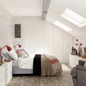 Nawet niewielkie wnętrze na poddaszu można zaaranżować na modną i wygodną sypialnię. Warto postawić na modny styl skandynawski, bazujący na jasnych kolorach i prostych formach. Fot. Hammonds Furniture.