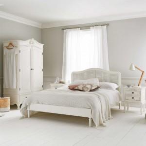 Styl klasyczny nigdy nie wychodzi z mody. Jeśli marzycie o pięknej sypialni przez wiele lat, zainwestujcie w eleganckie meble z drewna. Szykowny a zarazem lekki wygląd uzyskamy wybierając jasne modele. Fot. Time For Sleep.