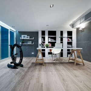 Ostatnie piętro dzielone jest pomiędzy ogromną master bedroom, sąsiadujące z nią łazienkę i garderobę, a także przestronny gabinet. Projekt i zdjęcia: Millimeter Interior Design.
