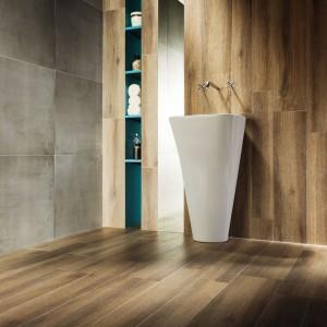 W najnowszej kolekcji płytek Modern Korzilius ciepło drewna przenika się z surowością chłodnego betonu, wzajemnie się uzupełniając. Fot. Korzilius/Tubądzin.