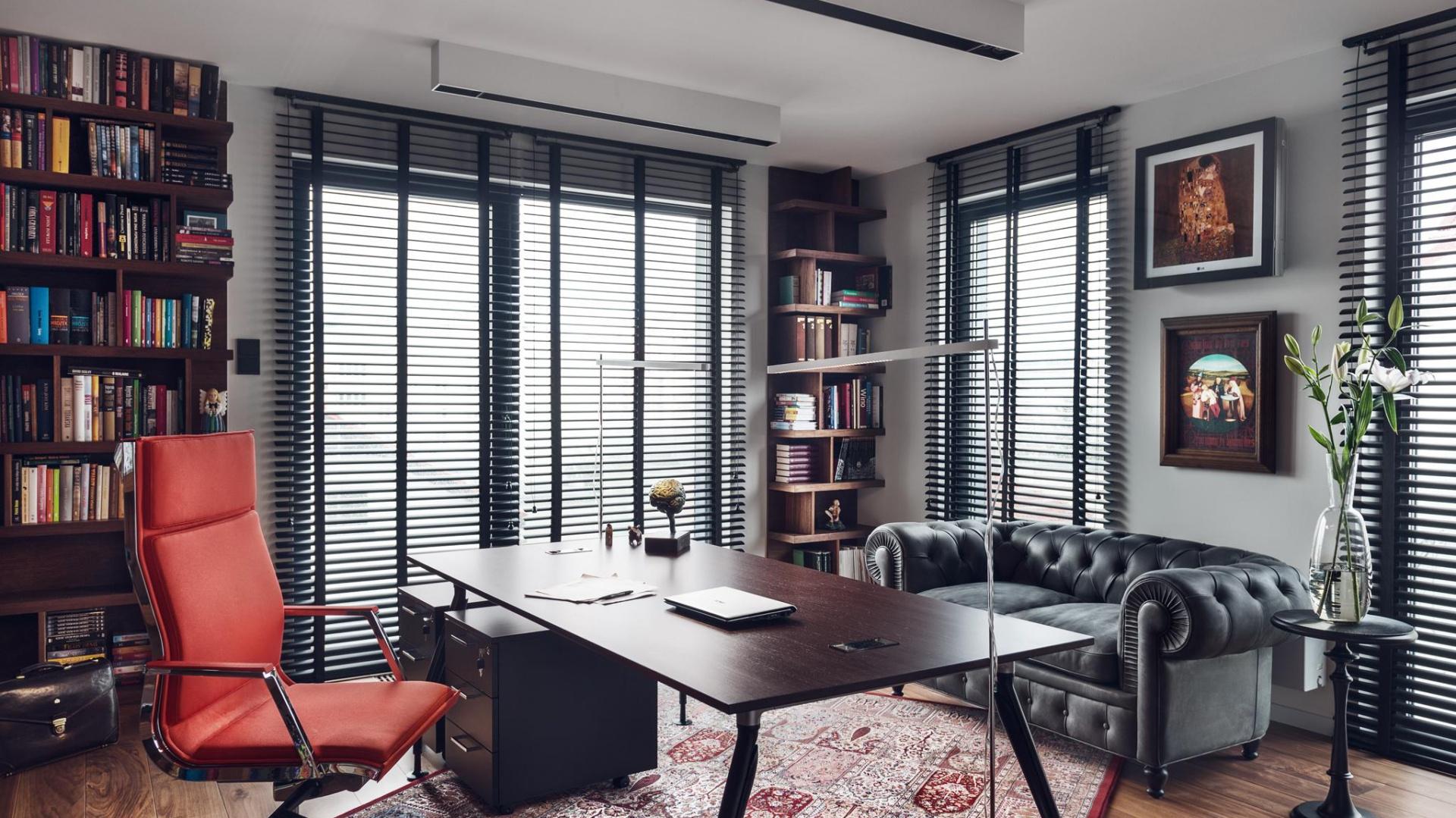 W apartamencie wyraźne jest podzielenie funkcji pomieszczeń, służących do pracy i do wypoczynku. Fot. Tomirri Photography