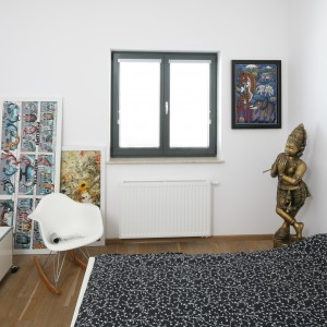 Białą aranżacje urozmaicają liczne obrazy i grafiki. Razem z ozdobnymi posążkami z brązu nadają wnętrzu humorystyczny, lekki styl. Projekt: Konrad Grodziński. Fot. Bartosz Jarosz.