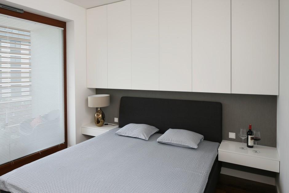 Białe stoliki nocne oraz...  Mała sypialnia. Zobacz jak ...