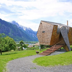Z zewnątrz domek przypomina dziwnego, prehistorycznego ptaka lub... statek kosmiczny. Projekt: Architekturbüro Jungmann&Aberjung Design Agency. Fot. DI Lukas Jungmann/Familie Pitterl.