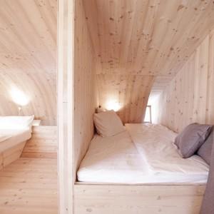 Prywatność zapewnia wisząca przy wejściu do łóżka zasłona. Projekt: Architekturbüro Jungmann&Aberjung Design Agency. Fot. DI Lukas Jungmann/Familie Pitterl.