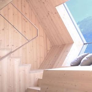 Kącik wypoczynkowy został urządzony na niewielkim półpiętrze, w połowie drogi na antresolę, gdzie znajduje się sypialnię. Sąsiaduje bezpośrednio ze schodami. Projekt: Architekturbüro Jungmann&Aberjung Design Agency. Fot. DI Lukas Jungmann/Familie Pitterl.