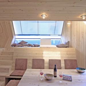 W przestrzeni dziennej znalazł się kącik wypoczynkowy/salonik, spora jadalnia, w której posiłek zjeść może osiem osób oraz kuchnia. Projekt: Architekturbüro Jungmann&Aberjung Design Agency. Fot. DI Lukas Jungmann/Familie Pitterl.