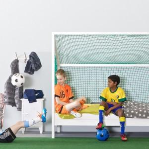 Łóżko w kształcie bramki footbolowej to znakomita propozycja dla młodego fana piłki nożnej. Dzięki treningom z wykorzystaniem tego mebla dziecko może zmienić się z kibica w zawodnika. Dostępne w sklepie z designerskimi meblami dla najmłodszych Cuckooland. Fot. Cuckooland.