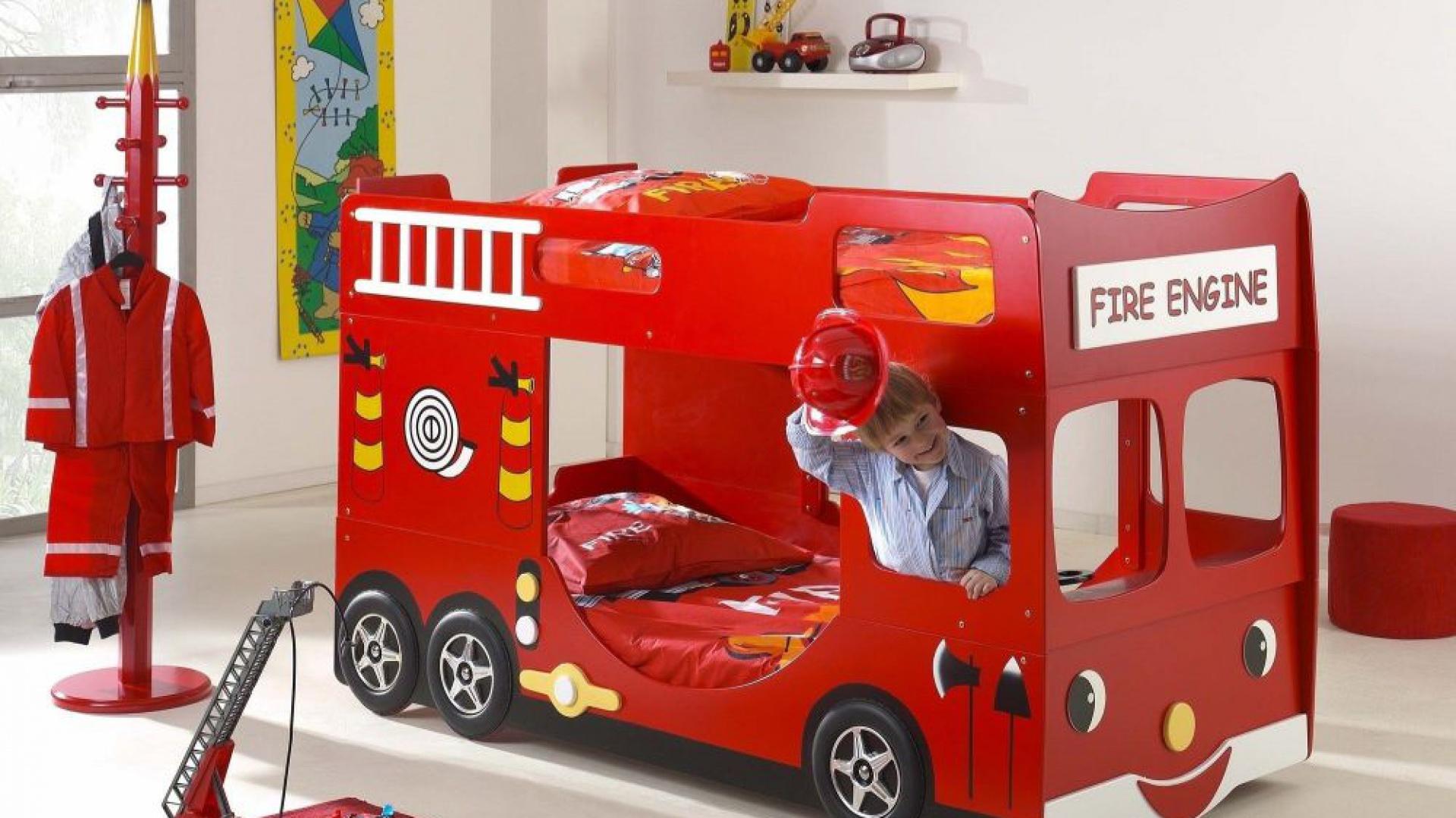 Piętrowe łóżko w kształcie wozu strażackiego to pomysł polskiego producenta mebli, marki Vipack. W zależności od upodobań i ilości dzieci mogą być wykorzystywane dwa poziomy lub jeden. Fot, Vipack.