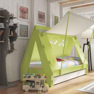 Mebel w kształcie namiotu gwarantuje zdrowy sen jak i wesołą zabawę. Ściana boczna wykonana jest z tkaniny, dzięki czemu po zamknięciu wewnątrz nie jest ciemno. Model ma także szufladę do przechowywania pościeli. Fot. Cuckooland.