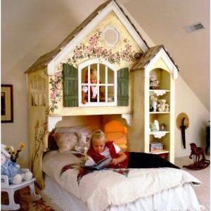 Oryginalny domek - łóżko dla jednej lub dwóch dziewczynek z dwoma miejscami do snu: na parterze oraz antresoli. Uroku dodają starodawne okiennice oraz misternie wykonane zdobienia. Dostępny w sklepie internetowym Sweetret Reat Kids. Fot. Sweetret Reat Kids.
