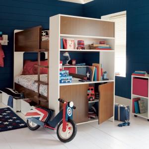 Piętrowe łóżko zawsze jest źródłem inspiracji do zabawy. Ten model, marki Aspace łączy w sobie również funkcje  półek i szafek. Pomieści zatem nie tylko dwójkę dzieci, ale i ich rzeczy. Fot. Aspace.