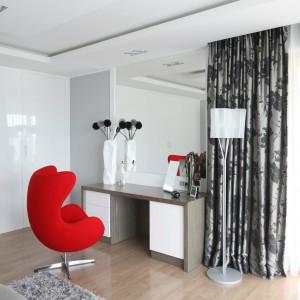 Toaletka, przypominająca formą biurko, może też pełnić rolę prywatnego miejsca do pracy. W tym celu ustawiono elegancką lampę podłogową. Projekt: Agnieszka Hajdas-Obajtek. Fot. Bartosz Jarosz.