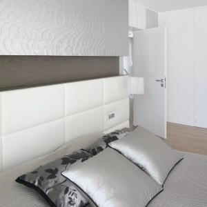 Szyku dodają aranżacji atłasowe poduszki dekoracyjne uszyte z tej samej, wzorzystej tkaniny co zasłony. Projekt: Agnieszka Hajdas-Obajtek. Fot. Bartosz Jarosz.