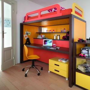 Aby optymalnie wykorzystać przestrzeń niewielkiego wnętrza, warto zainwestować w kompaktowy mebel, łączący funkcje łóżka na antresoli, biurka i półek. Fot. Dearkids.